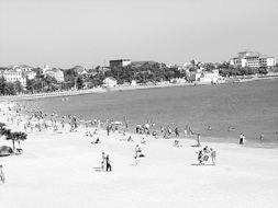青岛第一海水浴场,夏季可容20万人入浴.-海水浴场,何处最 公共