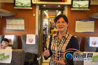 """...市旅游局副局长李若梅在动车上向""""环游海南岛――全球首条环岛高..."""