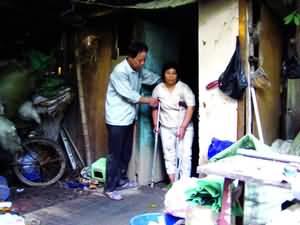 甲斐姬无惨-本报讯 (文/图    )以捡破烂为生,住在捡来的木板搭成的窝棚里,吃...