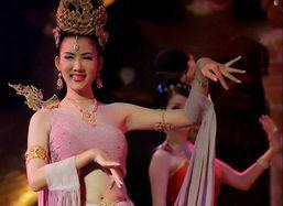 泰国人妖皇后选美 红妆白衣娇俏赛女人