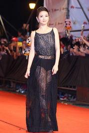 红蓝av-金钟奖红地毯现场,林依晨以黑色蕾丝长裙礼服现身,黑色蕾丝长裙下...