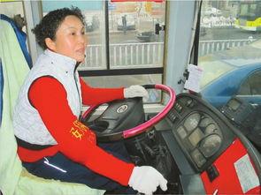 2月24日,801路公交车司机郭建荣驾车行驶在线路上.-公交车上的微...
