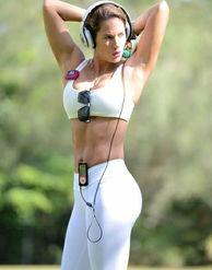 ...的紧身运动衣在公园内锻炼,头戴运动耳机,一副黑色的墨镜,在秀...