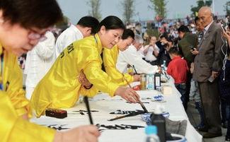 这里的民俗表演激情澎湃.   10月24日上午,在全场数万名市民及来自...