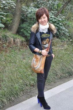 edhardy-流行元素:ed hardy纹身图案T恤、橘银色背包、亮紫与黑色拼色鞋-踏...