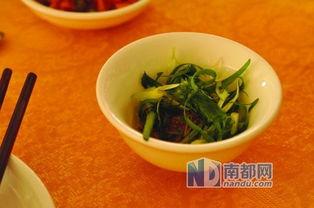 东福美食的老板名叫余大东,是一位面带佛像的和蔼