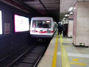 ...一号线万寿路站发生乘客坠轨