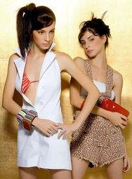 性感双胞胎美女玩台球 花游美女迷众人 5