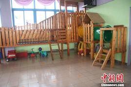 图为幼幼幼儿园5楼活动室滑梯处为监控盲区,也是园方与家长争议的...