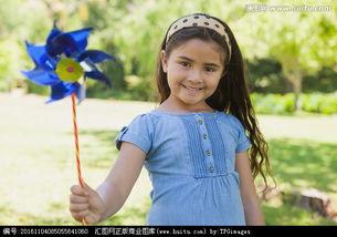 小女孩拿着风车在公园里