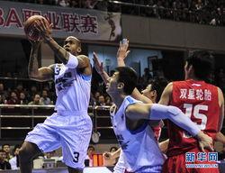 ...规赛开始第七轮角逐.在北京首钢篮球中心,主场作战的北京首钢金...