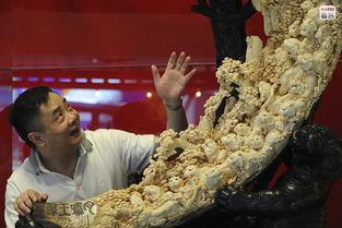 ...是中国收藏家对象牙雕刻作品的狂热.象牙作为一种雕刻的原料,再...