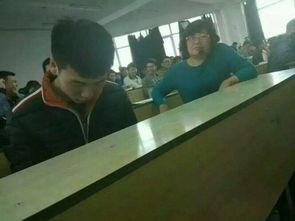 学生上课玩游戏 老师 我就看你什么时候发现我