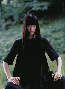 14岁时演出了电影《死国》,在里... 随即请她出演《杀死比尔》中制服...
