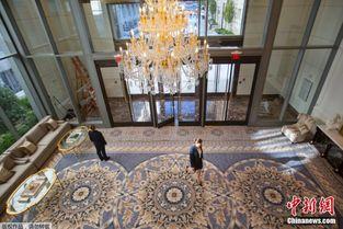 ...盛顿特朗普国际酒店即将开业,工作人员紧锣密鼓的进行筹备工作....