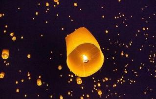 的心愿被它带上天空,添了福气吗?   孔明灯为纸质灯罩,以固体酒精...