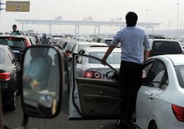 ...,在异常拥堵的北京市郊,心焦的驾车人士引颈眺望路况.(法新社...