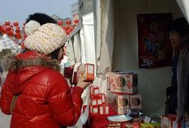 ...22日,市民在刚刚开业的年货大街上选购食品.    摄 -台湾年货大街...