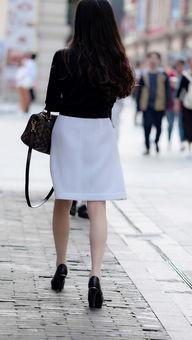 小夏街拍 肉丝少妇黑白搭配,长发高跟成熟优雅