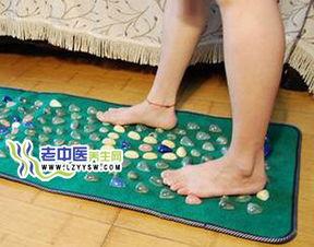 赤脚踩鹅卵石 当心足底筋膜炎