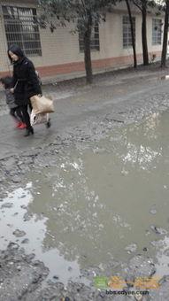 女孩赤脚泥坑里踩泥-位于我市三闾地带的稻香路和三闾巷交界的街道上,稀稀乱乱,下雨成...