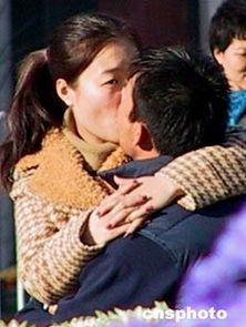 ...化广场一对青年情侣亲吻忘却寒意