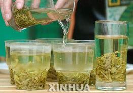 贝壳五分彩是正规的吗-4月30日,一名茶商在北京八大处公园茶文化节上泡茶招待顾客.当日...