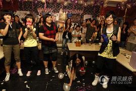 生日派对上与歌迷狂欢-张芸京北京大办生日派对 京城子民 挤爆KTV