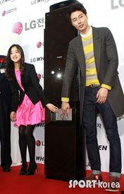 孙妍在出席商业活动 做爱心手势可爱迷人