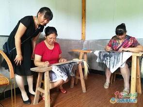 留守妇女在刘爱萍的竹编画室里学做竹编画-刘爱萍 用纤巧的双手经营...