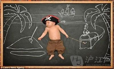创意父母拍摄萌婴儿照:宝宝的黑板奇遇记-双语 创意婴儿萌照 宝宝黑...