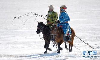 两名牧民骑马参加马文化节