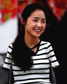 无臂女孩杨佩用脚绣 十字绣 如今她的现状如何