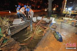 广西南宁地下水管爆裂冲出10平米大坑