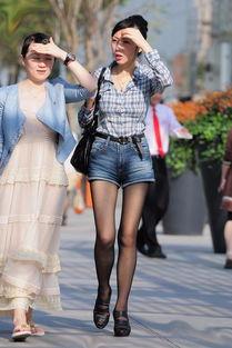 街拍网纹黑丝少妇 长腿热裤凸显极品身材