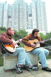 两个老外,中文歌曲唱得很好-老外敞开喉咙高歌一曲