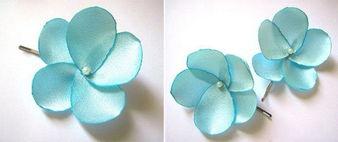 ...玫瑰婚礼发饰小花是水蓝色的丝绸面料,花的中心有白色珍珠.-省钱...