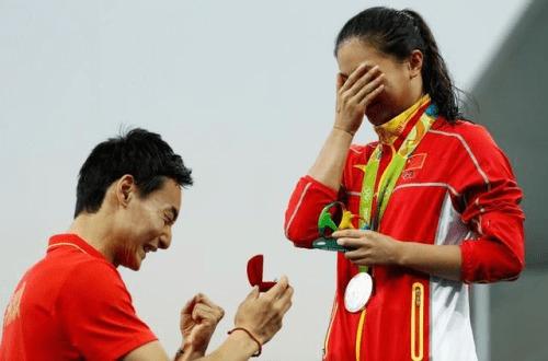 刚结束的羽毛球男单小组赛第三轮赛事,林丹2-0轻取越南名将阮天明...