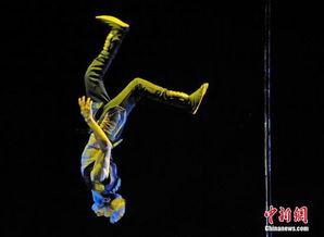 起源繁世-中国名将依繁(左一)出任本届评委.依繁2011年为中国获得钢管舞历...