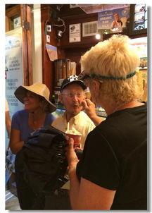 老头一边享受着老太的温情,一边专注地看着老太,场面很温馨,很正...