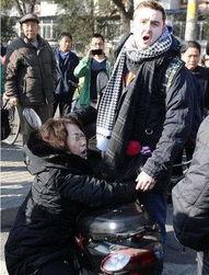 通中国女孩被一个黑人老外干6小时一个普通中国女孩被一个黑人老外...