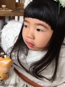 姐也色王梦溪-曹格女儿姐姐白裙卖萌似天使 不顾形象豪放吃面包