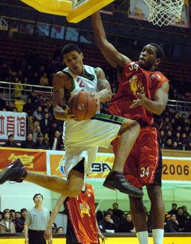 新华社照片,临沂,2005年12月4日 [体育](4)篮球DDCBA:山东...