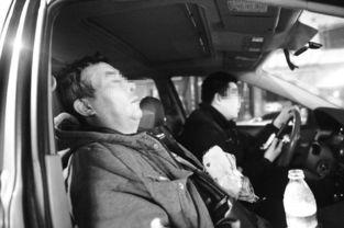 抓捕过程中,民警在车内休息.本报记者 -首次吸毒竟是老板邀请