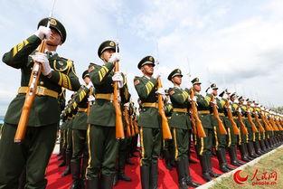 ...名国旗护卫队员阅兵时行举枪礼要声音如一人