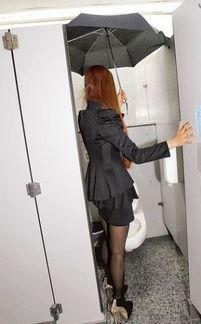 ...一女员工遭恐吓偷拍 撑伞如厕