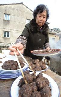 ...秀丽所做的无馅汤圆外面粘上红糖花生,在当地称之为红豆沙圆.-...