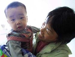 小儿子终于安全回到母亲怀抱中-打工男女生下双胞胎 生父两次卖儿生...