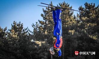 ...由式滑雪运动员翱翔蓝天