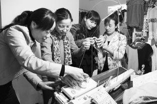 ...6日,瑞南社区留守妇女走进辖区毛衣编织店,在经营业主秦玉珍指...